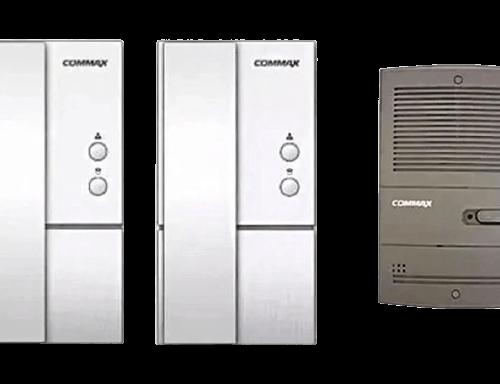 Portero eléctrico gris con dos teléfonos blancos - Commax