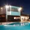 Proyector King muestra en piscina iluminada