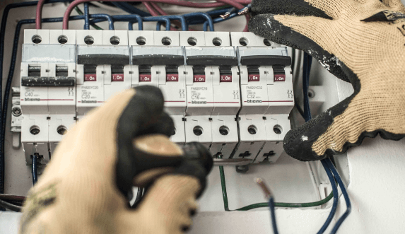 Electricista colocando interruptor termomagnético