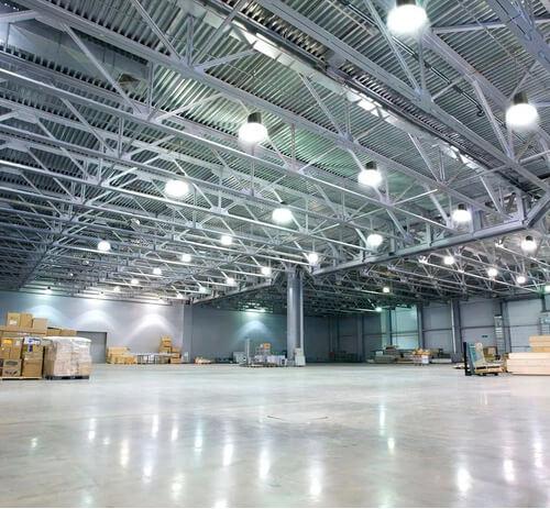 Iluminación con bulbón LED en galpón industrial