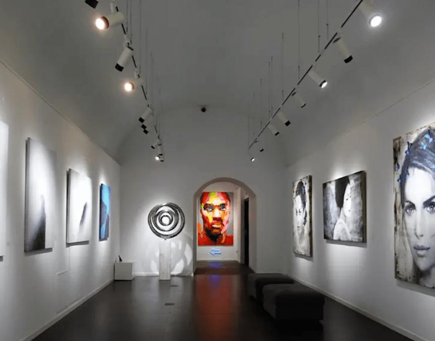 Iluminación con lámpara LED AR111 en galería de arte