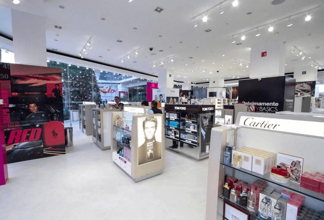 Iluminación con lámpara LED PAR30 en tienda de cosméticos