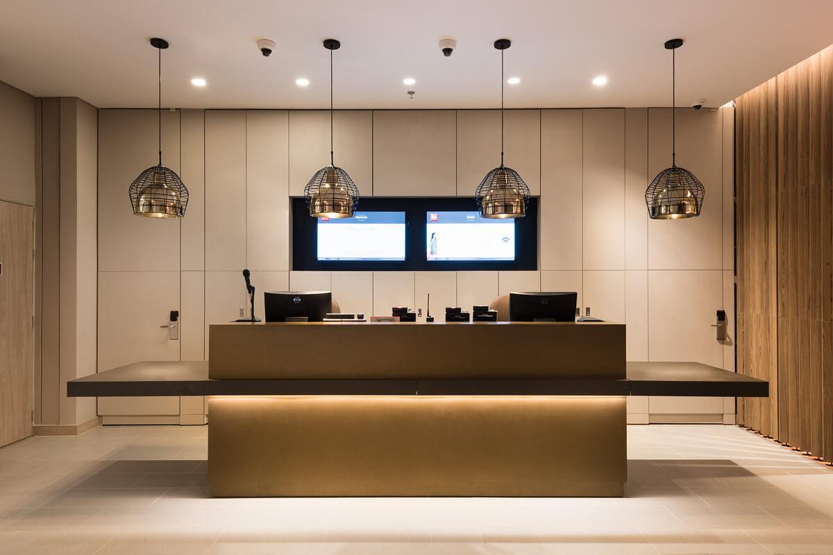 Iluminación con lámparas dicroicas en recepción de hotel