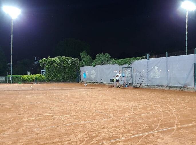 Iluminación con reflector LED en cancha de tenis