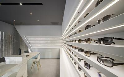 Iluminación con tiras LED en tienda de anteojos