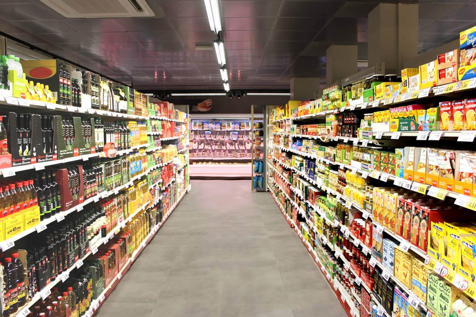 Iluminación con tubo LED en supermercado