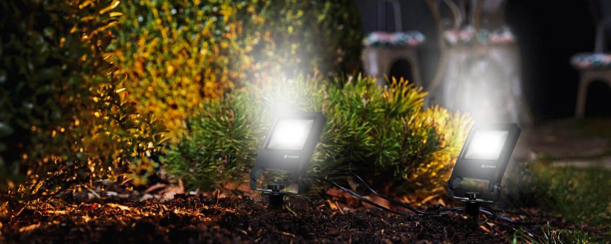 Iluminación de exterior con proyectores en jardín