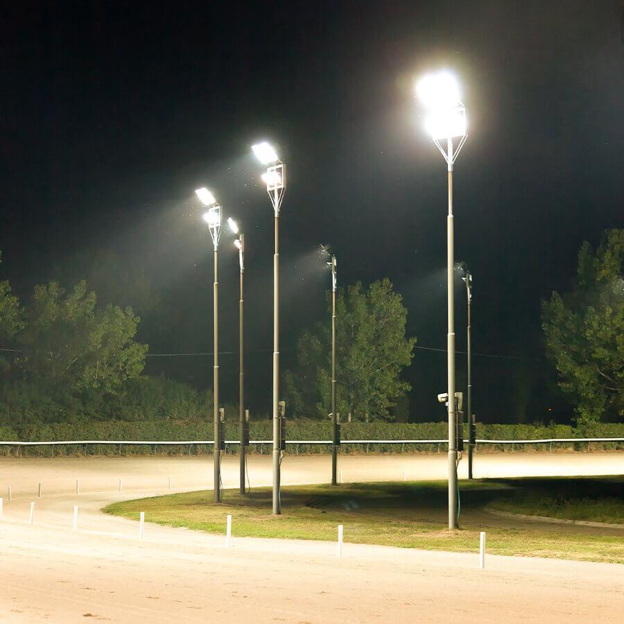 Iluminación exterior con proyectores en pista
