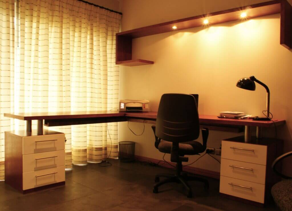 Iluminación puntual en escritorio