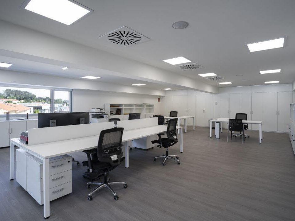 Paneles LED en oficina