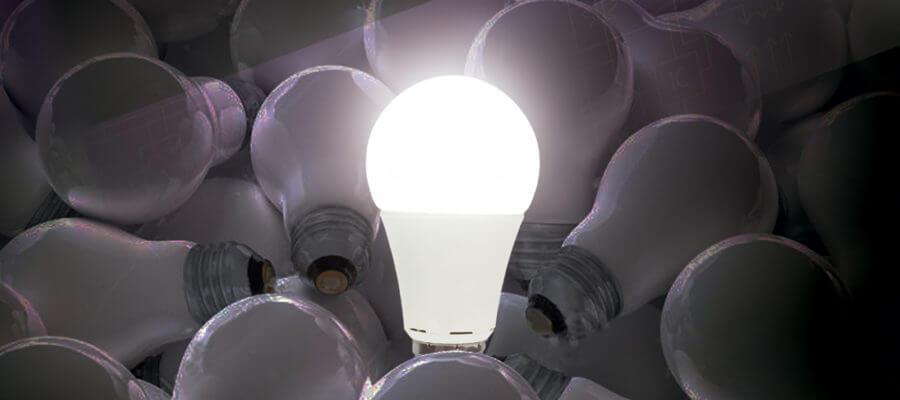 Lámpara LED encendida sobre lámparas apagadas