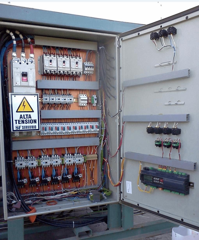 Tablero eléctrico en gabinete metálico