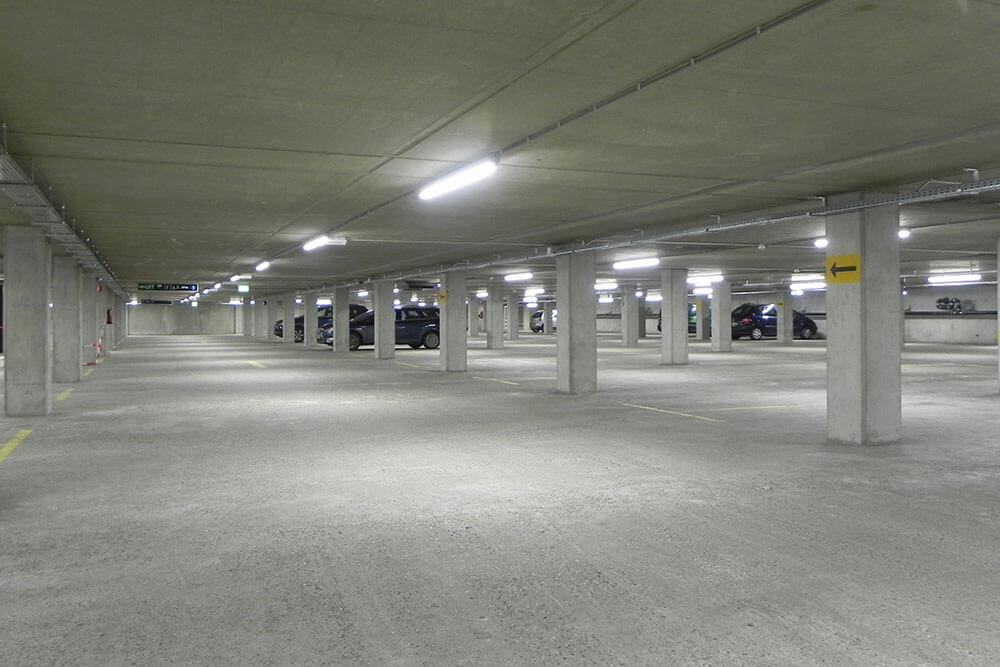 Tubos LED en estacionamiento