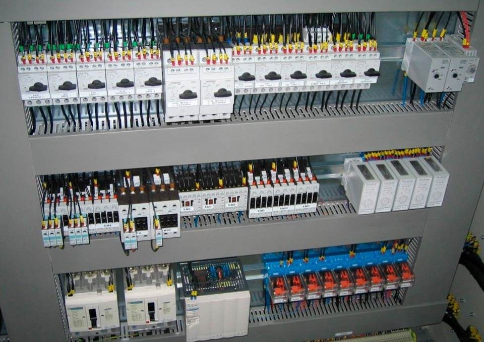 Interior de tablero eléctrico